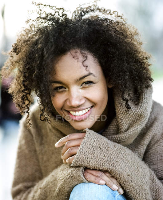 Portrait of smiling young woman with afro — Stock Photo