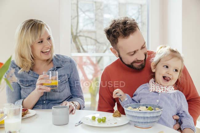 Familie am Frühstückstisch Morgen — Stockfoto