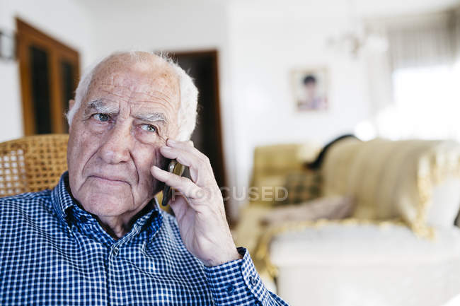 Senior man telephoning with smartphone — Stock Photo