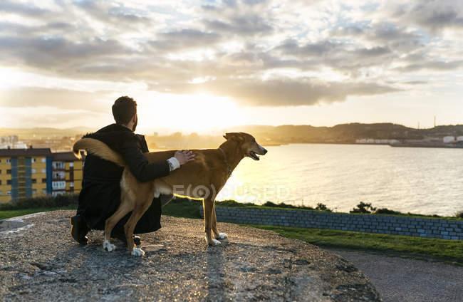 Espagne, Gijon, l'homme et son chien au crépuscule — Photo de stock