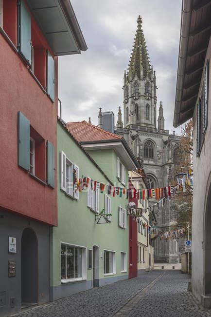 Deutschland, Konstanz, Konstanzer Münsterblick und Gasse mit Fastnachtsdeko — Stockfoto