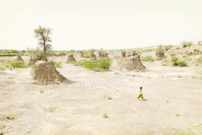 Людина, йдучи один в пустелі — стокове фото