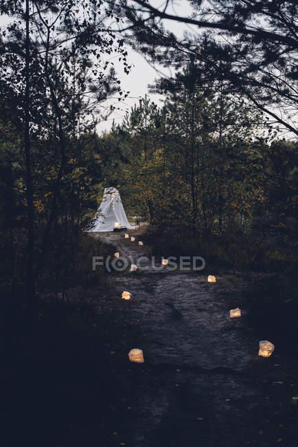 Campeggio romantico nella natura autunnale al crepuscolo — Foto stock