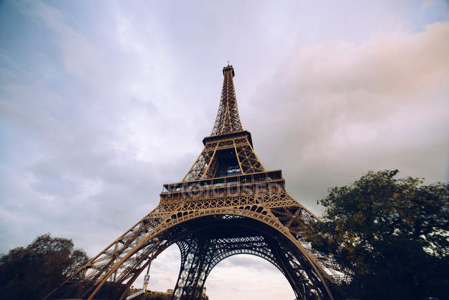 France, Paris, Eiffel Tower bottom view — Stock Photo