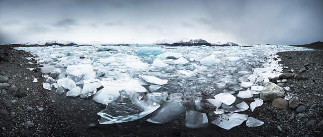 Iceland, Vatnajoekull National Park, Panoramic shot of Jokulsarlon, glacier and icebergs — Stock Photo