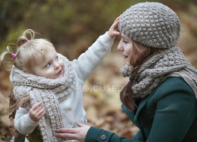 Jeune femme et sa petite fille en automne — Photo de stock