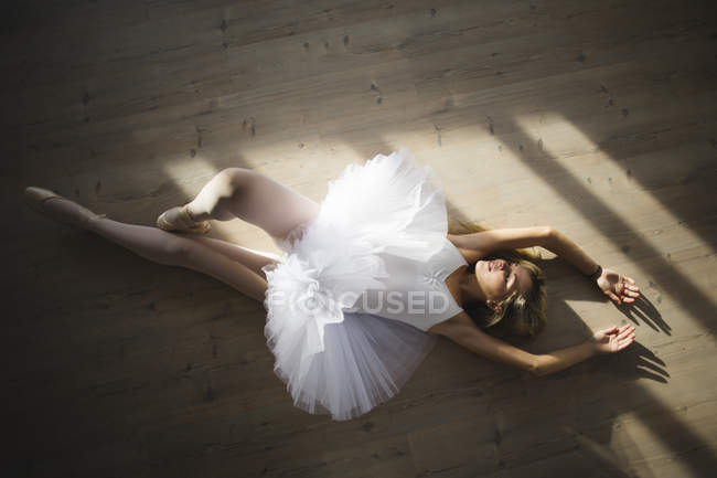 Ballerine dans un tutu gisant sur le sol — Photo de stock