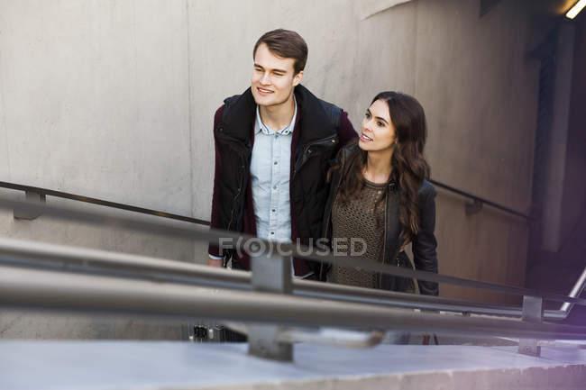 Allemagne, Berlin, jeune couple quittant la station de métro — Photo de stock