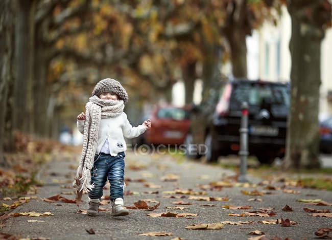 Портрет счастливой маленькой девочкой, ношение шерстяной шапке и большой шарф в осень — стоковое фото