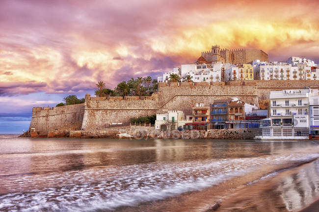 Spain, Province of Castellon, Peniscola, Costa del Azahar, Old town with castle, dramatic sky in the evening — Stock Photo