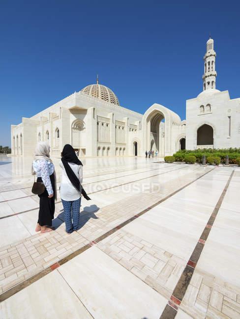 Oman, Muscat, grande Mesquita Sultan Qaboos, dois turistas femininos com véu — Fotografia de Stock