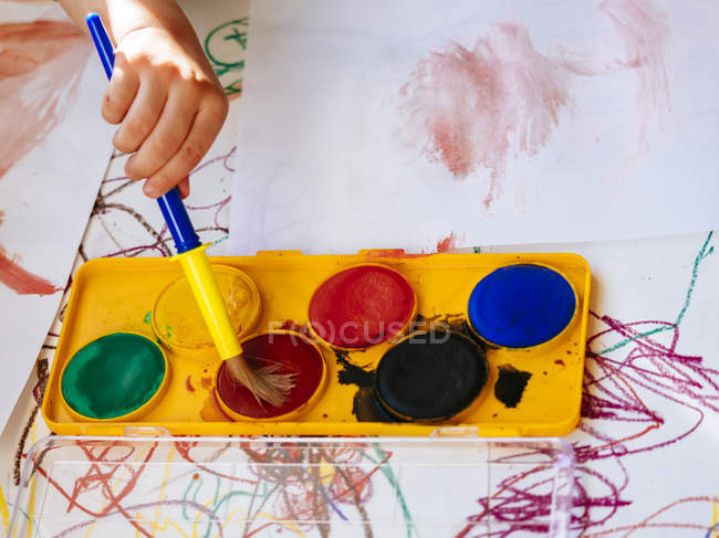 Close-up of Girls hand painting with watercolours — Stock Photo