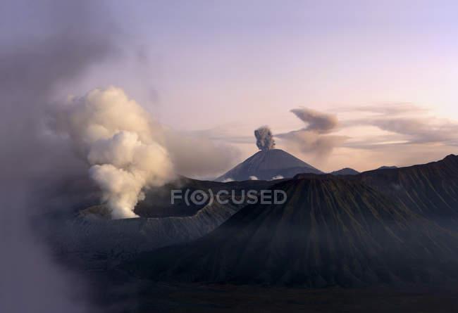 Бром вулканів, Batok і Semeru у вечірній світло, Java, Індонезії — стокове фото