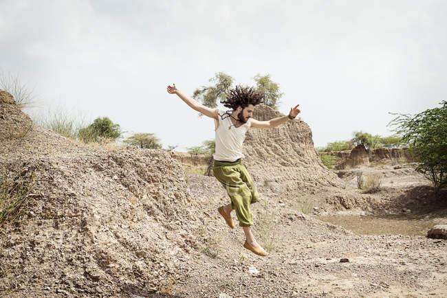 Hombre que salta en la naturaleza - foto de stock