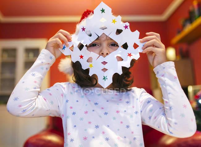 Маленькая девочка с утонченным рождественским декором — стоковое фото