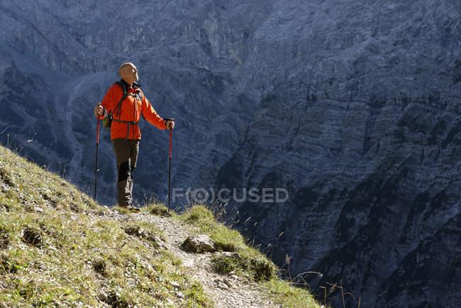 Austria, Tirol, Karwendel, senderista - foto de stock