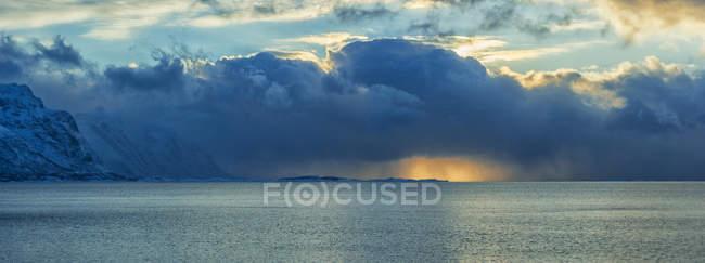 Norvège, Îles Lofoten, Coucher de soleil sur l'océan en hiver, panorama — Photo de stock