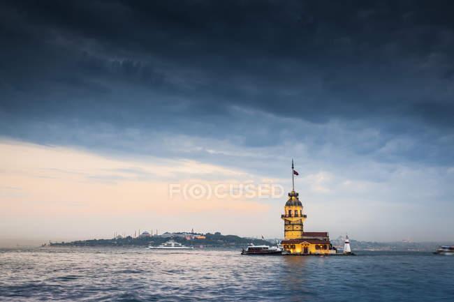 Türkei, Istanbul, beleuchteter Mädchenturm — Stockfoto