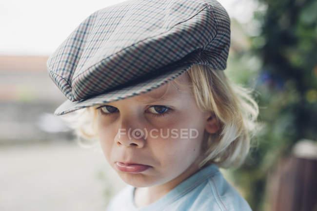 Retrato de menino triste usando boné — Fotografia de Stock
