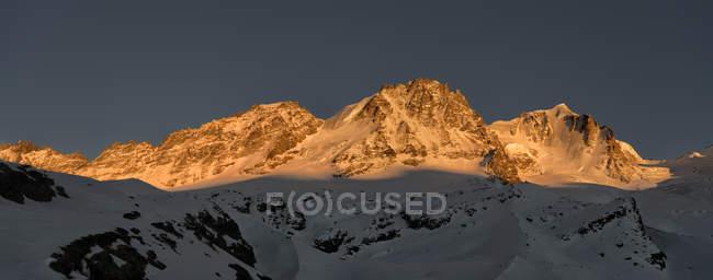 Italie, Gran Paradiso, paysage montagneux au coucher du soleil — Photo de stock