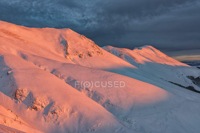 Italy, Umbria, Monti Sibillini National Park, Sunset on mountain Redentore in Winter — Stock Photo