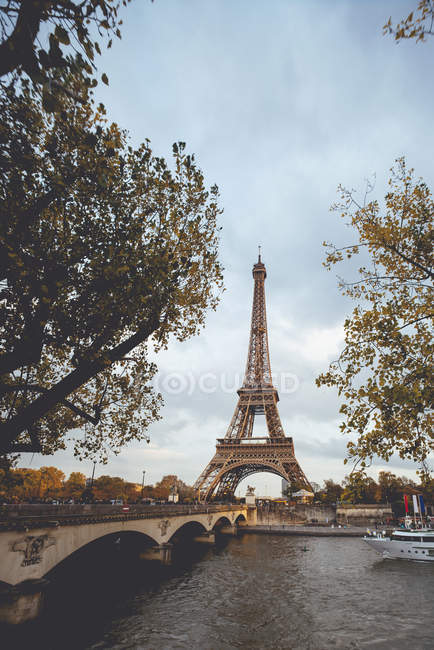 France, Paris, Eiffel Tower, bridge over canal and ship — Stock Photo