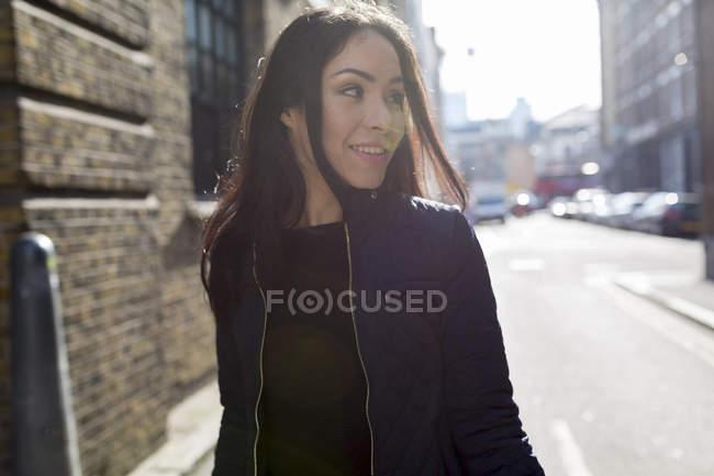 Ritratto di giovane donna attraente sulla strada urbana — Foto stock