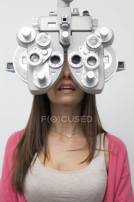 Женщина у оптометриста делает тест на зрение — стоковое фото