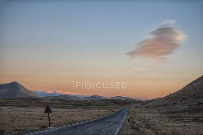 Italy, Abruzzo, Gran Sasso e Monti della Laga National Park, Plateau Campo Imperatore at sunset in winter — Stock Photo
