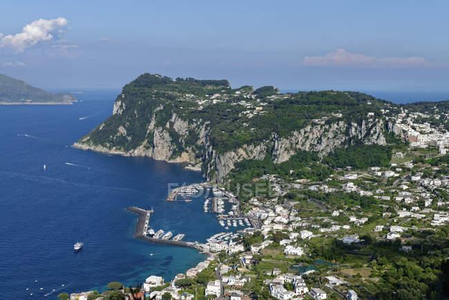 Італія, кампанія, Неаполітанську, Капрі, вид з Anacapri Марина Гранде і Капрі, через Будинок Му́нте А́кселя — стокове фото