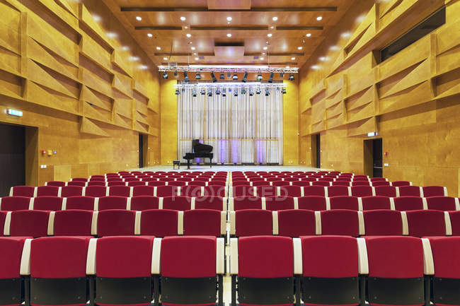 Эстония, Тарту, Heino Eller музыкальной школы, концертного зала Аудиториум, с ряда сидений — стоковое фото