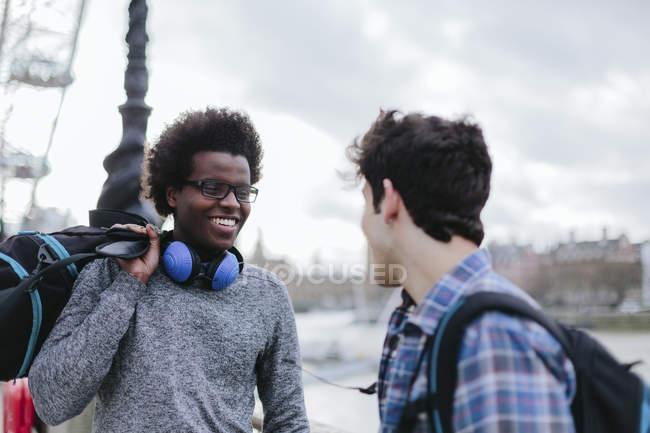 Melhores amigas de comunicação na cidade — Fotografia de Stock