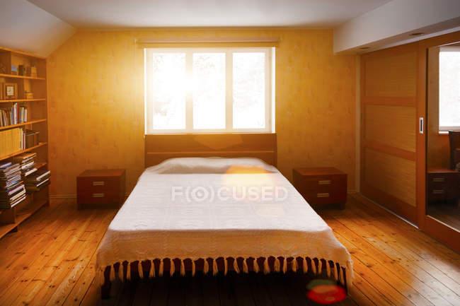 Vista di giorno di camera da letto con armadio, librerie e ...