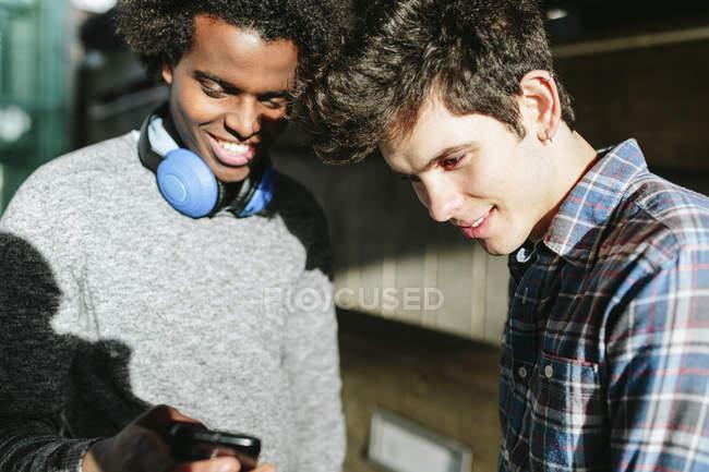 Uomini che utilizzano smartphone — Foto stock
