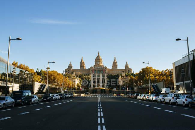 Spagna, Barcellona, viale vuoto Reina Maria Cristina con Palazzo Nazionale sullo sfondo — Foto stock