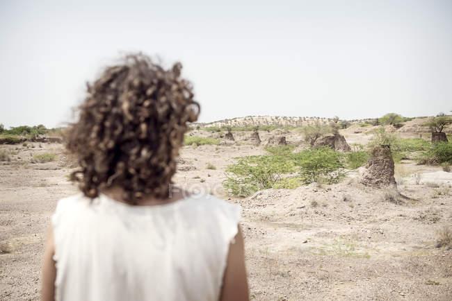 Homem olhando para o deserto — Fotografia de Stock