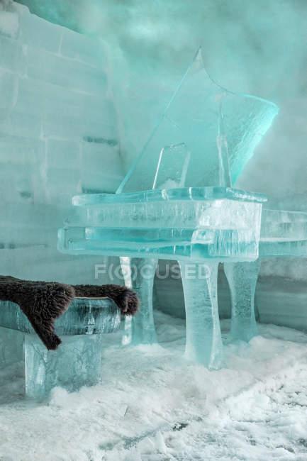 Rumania, Cárpatos del Sur, Montañas Fagaras, piano de cola hecho de hielo en hotel de hielo - foto de stock