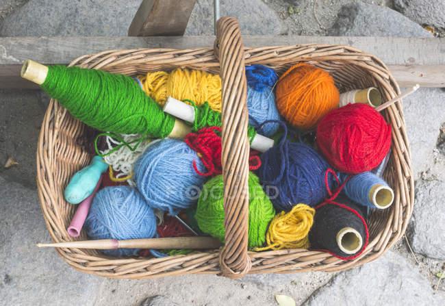 Sfere di filato colorato in cestino di vimini vintage — Foto stock