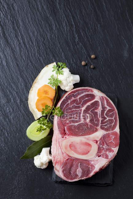 Haste de carne crua com legumes — Fotografia de Stock