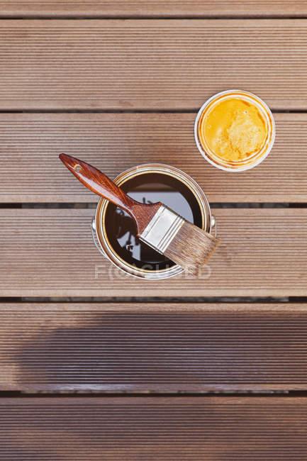 Applicazione dello smalto con pennello sulle assi del pavimento — Foto stock