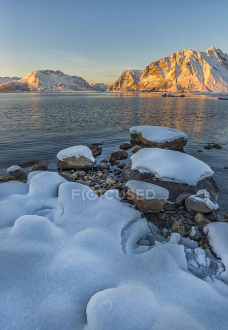 Норвегия, Лофотенские острова, закат на фьорд — стоковое фото