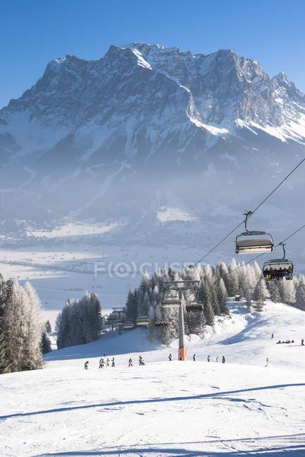 Autriche, Tyrol, Lermoos, télésiège de paysage d'hiver avec vue sur la Zugspitze — Photo de stock