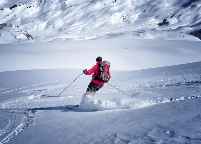 Мужчины альпинизм, спускаясь на снежные горы — стоковое фото