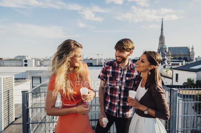 Австрия, Вена, Молодежь празднует на террасе на крыше — стоковое фото