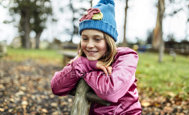 Портрет счастливой девушки на детской площадке осенью — стоковое фото