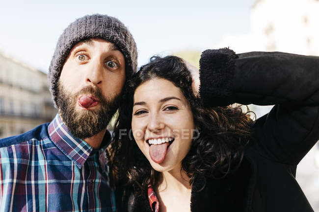 Couple en tirant les visages — Photo de stock