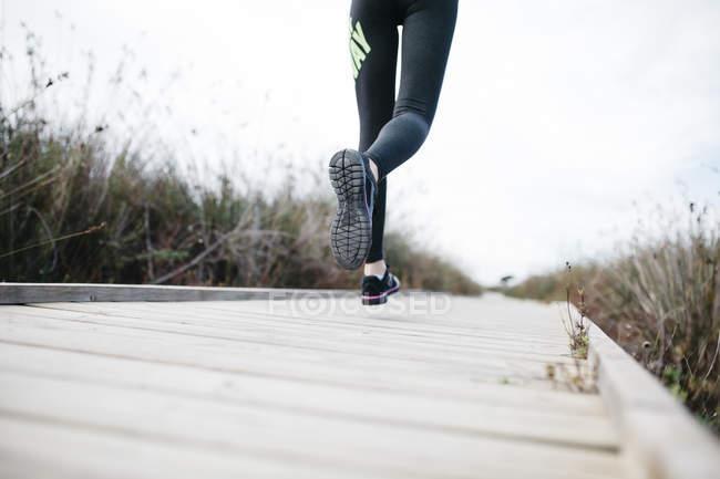Close up de Mulher correndo em uma passarela — Fotografia de Stock