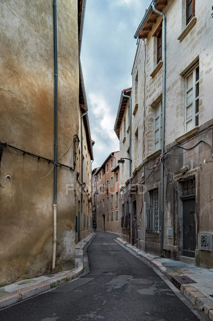 France, Avignon, Old town, Alley surrounded by houses — Stock Photo