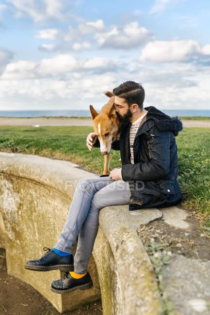 Homme avec son chien sur une prairie — Photo de stock