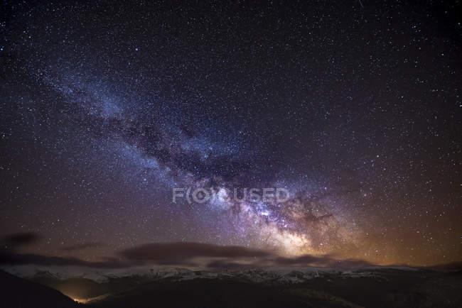Noite de Espanha, Ourense, tiro com estrelas e a Via Láctea no inverno — Fotografia de Stock